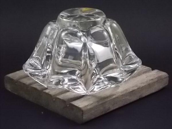 """Cendrier """"Corolle"""", en Cristal. Forme évasé, bord supérieur en vague formant 6 repose cigarette. De Art Vannes France"""