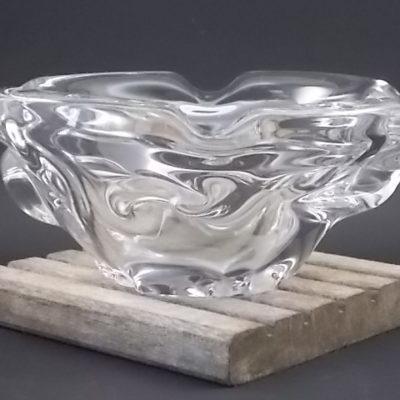 Cendrier Ovale en cristal. Effet de vague par matière repoussé. Quatre repose cigarette. De Cristallerie Lorraine de Lemberg