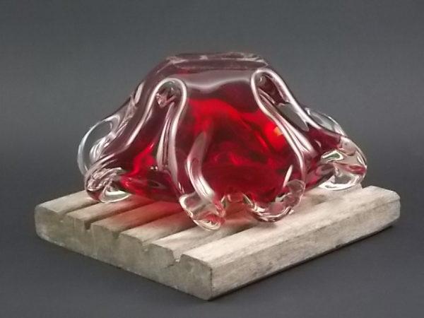 """Cendrier """"Rubis"""" en verre bicolore soufflé et étiré. Bol rouge Rubis, enveloppé par verre translucide, qui est étiré pour former repose cigarette. Année 60/70."""