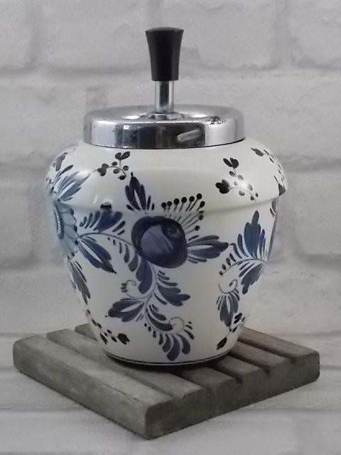 """Cendrier poussoir """"Fleurs"""", en faïence Blanche, et motif floral Bleu. Poussoir métal chromé. De Delfts Holland"""
