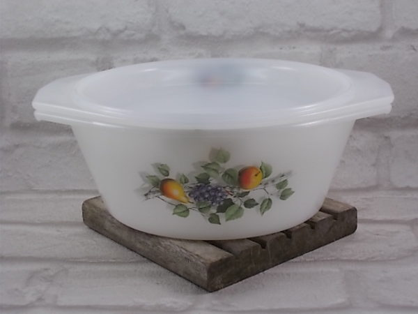"""Cocotte ronde en verre Opale Blanc laiteux, motif sérigraphié """"Fruits de France"""" d'Arcopal."""