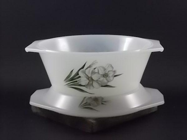 """Cocotte """"Narcisse"""" ronde, petit modèle, en verre Opale Blanc laiteux. Motif floral sérigraphié. De la marque Arcopal, des années 60."""