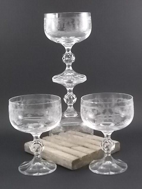 """Coupe à Champagne """"Klaudie"""" en Cristal gravé de motif en médaillon de guirlandes fleuries. De la maison Bohémia Crystal"""
