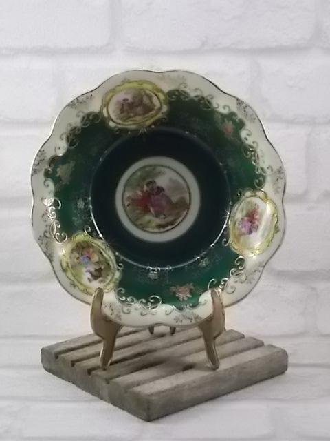 """Coupe """"Romantique"""", en porcelaine Blanche et Vert Sapin. Décors en médaillon de Scène Galante. Décors de dorure simple et en relief. De Herford"""
