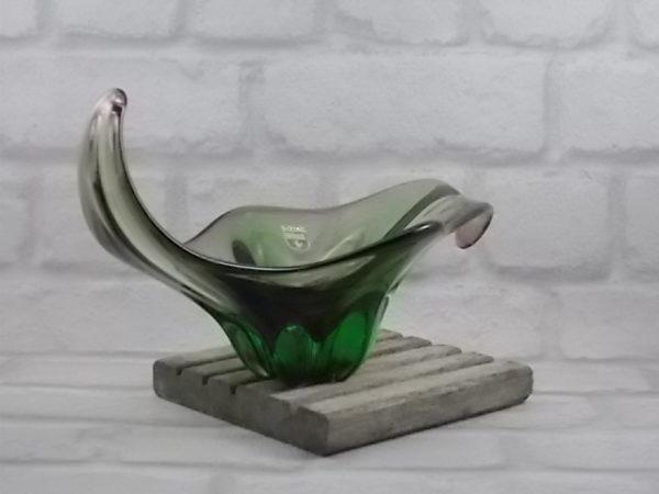 """Coupe """"Sommerso"""", en verre. De forme alongée, vrillée et recourbée. Dégradé de Vert, bordure et centre Rose. De Murano"""