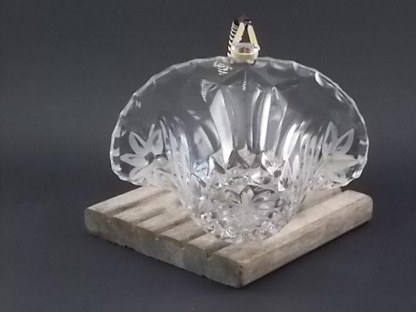 """Coupe panier """"Fleurs"""" en Cristal pressé 24% de Plomb. Motif floral en taille dépolis. Poignée amovible en Jonc et fils plastique. De Echt Bleikristall. Made in West Germany."""