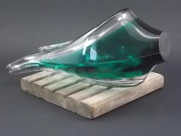 Coupe pliée bicolore en verre soufflée. Dégradé de Vert de la base au milieu de la coupe. Bordure translucide.