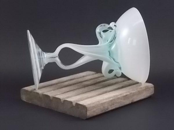 Coupe sur pied en verre soufflé étiré Blanc Opaque et translucide. Style Murano. Année 70/80.
