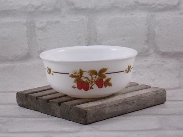 """Coupelle """"Fraisier"""", rond en verre Opale Blanc. Décors sérigraphié, motif de fruit. De la marque Arcoroc."""