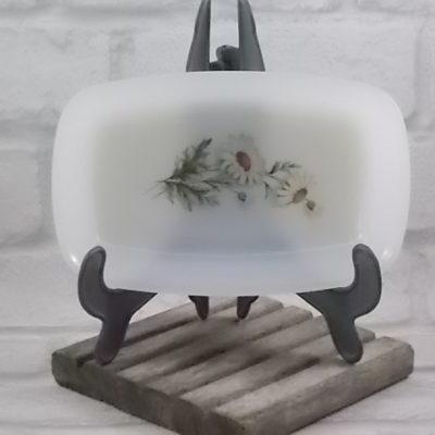 """Coupelle """"Marguerite"""" rectangulaire, en verre Opale trempé Blanc laiteux. Décors floral. De la marque Arcopal"""
