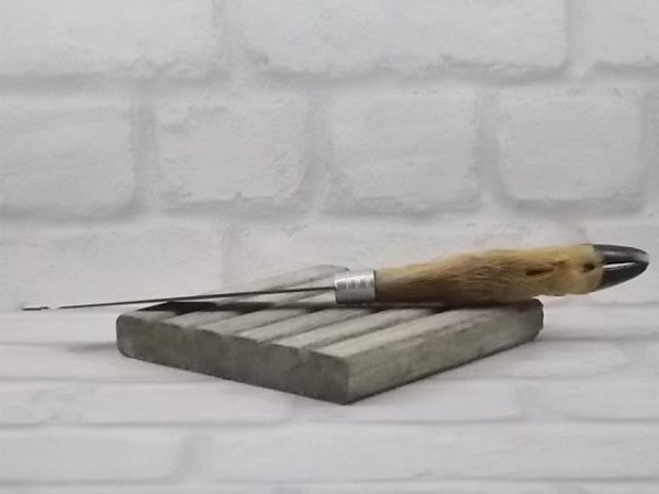 Couteau à Fromage, manche en patte de Chevreuil. Lame incurvé et fourchue en Inox de CMC. Milieu du XXème siècle.