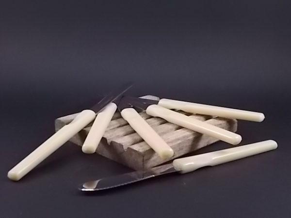 Couteaux à tartiner à manche en nylon Beige et lame Inox. De la coutellerie Durol France