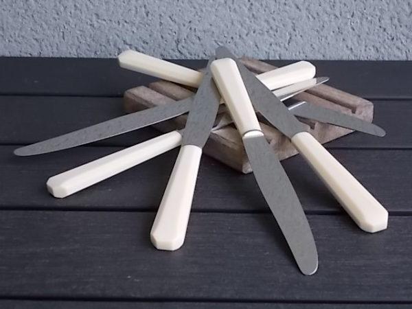 Couteaux de table à manche en acétate Ecru. Lame encastrée en Inox. De S.A.F.R Apollonox.