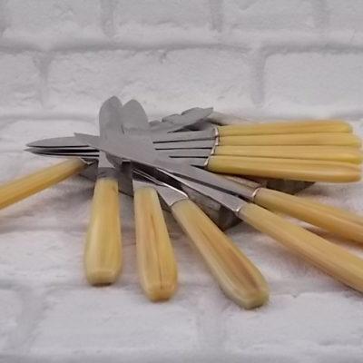 Couteaux de table en Acétate Beige, imitation Corne Blonde. Lame Inox avec logo Parapluie. Année 60