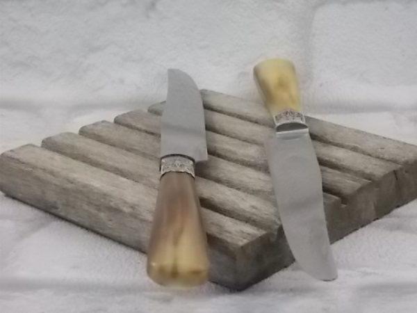 Couteaux de table à manche en Corne Blonde, Marron et beige. Lame Acier Inoxydable. De Muller Ott