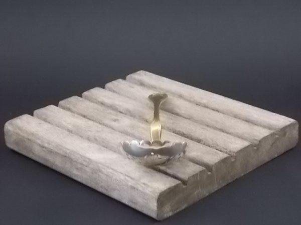 Cuillère saupoudreuse à sucre, en métal doré. Forme louche dentelé, percé à jour en étoile. Décors sculpté d'un nœud au manche