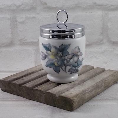 Cuit Oeuf en porcelaine Blanche et motif floral, couvercle en métal Inoxydable