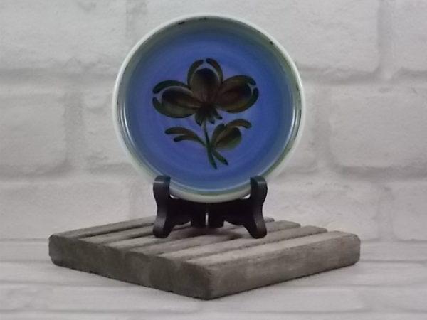 """Dessous de Bouteille, en Céramique Blanche, décors """"Fleur stylisé"""" Marron sur fond Mauve, bordé Vert d'eau de Gien France"""