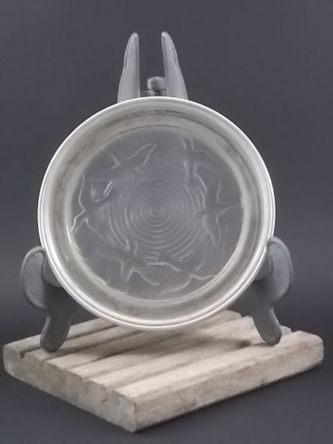"""Dessous de bouteille """"Les Oiseaux"""", en verre dépoli, pressé, moulé. Cerclage en Aluminium. De Amiguel."""