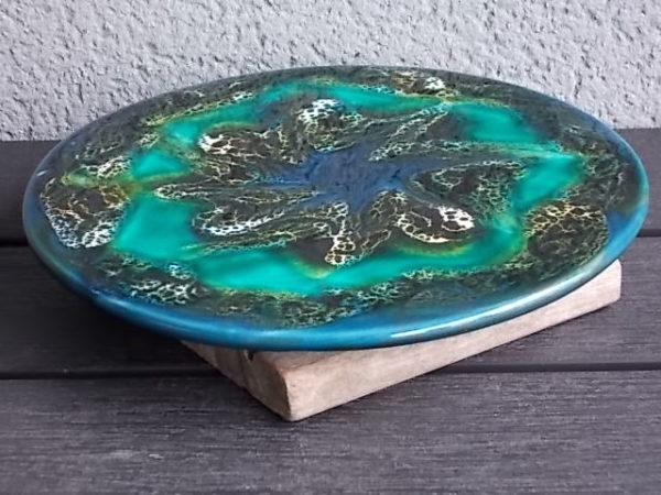 Dessous de plat rond, en céramique Bleu. Décor abstrait, rehausse d'émulsion Blanche et Noir. De S.A.P Vallauris