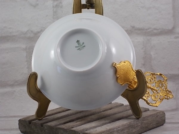 Écuelle en porcelaine Blanche, galon double incrustation de dorure, bande Bleu de four et rinceau de dorure. Manche métal sculpté et doré à l'Or fin.