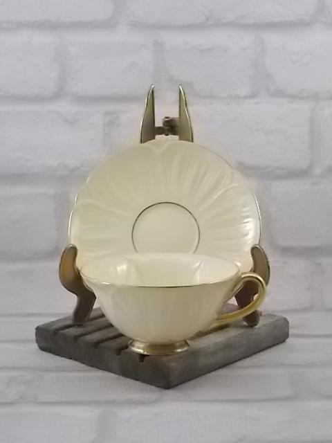 Ensemble à Thé en porcelaine Crème, souligné en dorure. Sculpté impression pétale de fleur. De Shelley made in England