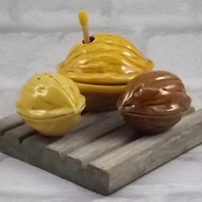 """Ensemble à Condiment """"Noix"""" Barbotine en céramique. Sel, poivre et moutarde. Année 50/60"""