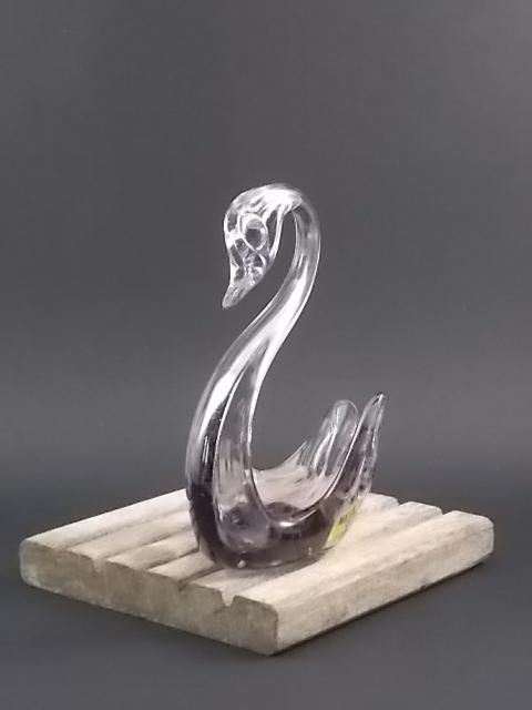 """Figurine """"Cygne"""" en verre soufflé Violet. Fabrication artisanal de l'artisan verrier de Mateus."""