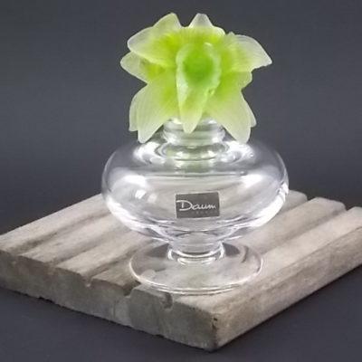 """Flacon """"Orchidée"""" en cristal et pâte de cristal moulé Vert clair. Corps rond aplati sur piédouche. De la maison Daum"""