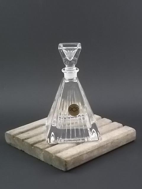 """Flacon """"Pyramide"""" en Cristal strié sur les quatre faces et le bouchon. De la maison Royal Crystal Rock. Made in Italie."""