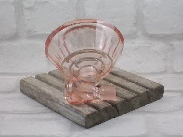 """Flacon de toilette """"Style Art Déco"""", en verre moulé Saumon. De forme conique à facettes. Made in Tchécoslovaquie."""