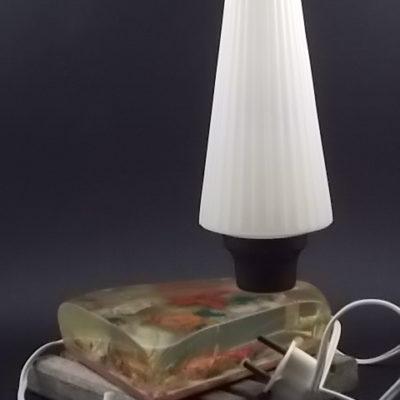 """Lampe de Chevet """"Bord de Mer"""" en Résine avec inclusion de Coquillages. Année 70."""