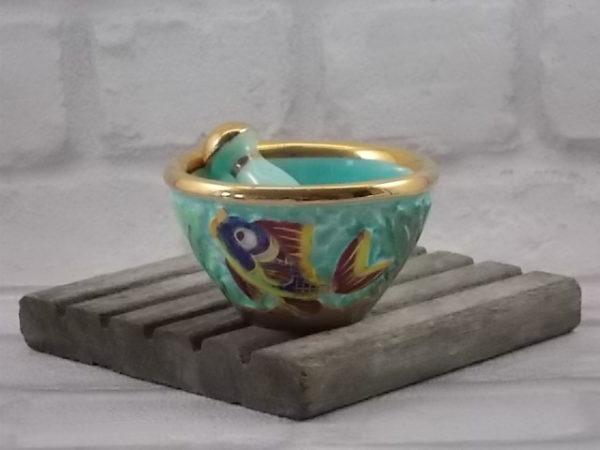 Mortier en céramique en relief, fond Turquoise. Décors polychrome de Poissons et Algues. Souligné par dorure. De Cerdazur, Monaco.