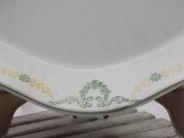 """Petit plat de service, en faïence Ivoire. Modèle """"Georges"""", motif sérigraphié de guirlandes fleuries Vert et Jaune, de Longwy"""