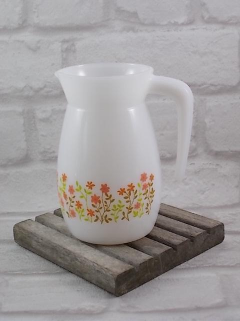 """Pichet """"Shell"""", en verre Opale Blanc laiteux, bande à motif floral sérigraphié Orange, Rose, Vert, Marron. Edité par la maison Arcopal."""