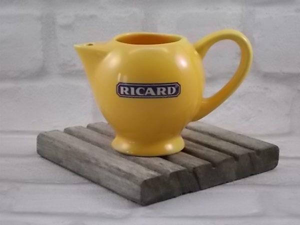 """Pichet """"Ricard"""", en céramique Jaune mono dose de 20 cl. Logo sérigraphié Bleu et Blanc."""