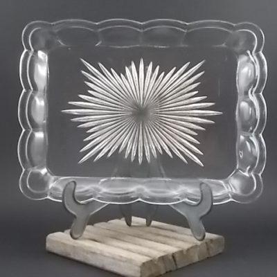 """Plateau """"Etoile"""" rectangulaire, en verre épais, moulé, pressé. Fond taillé en étoile. Bordure festonnée."""
