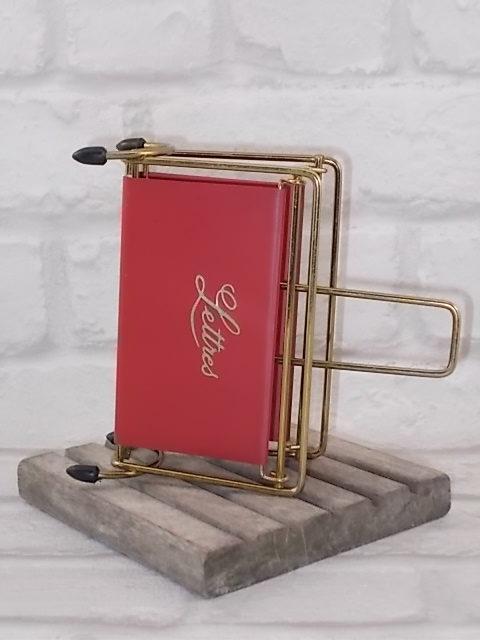 """Porte courrier """"Lettres"""" Sixties. En simili cuir Rouge et métal doré. Années 50/60"""