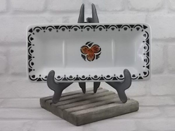 Porte savon, en faïence Blanche et frise géométrique Noir. Motif central de fleur stylisé Noir et Marron. de St Amandinoise de St Amand
