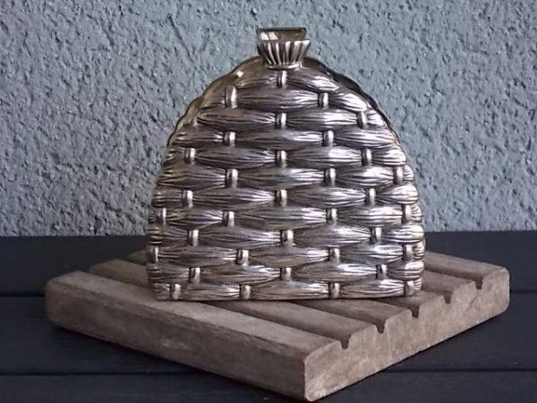 Porte serviette de table, motif de vannerie et Abeille en relief, forme cloche en Métal Argenté