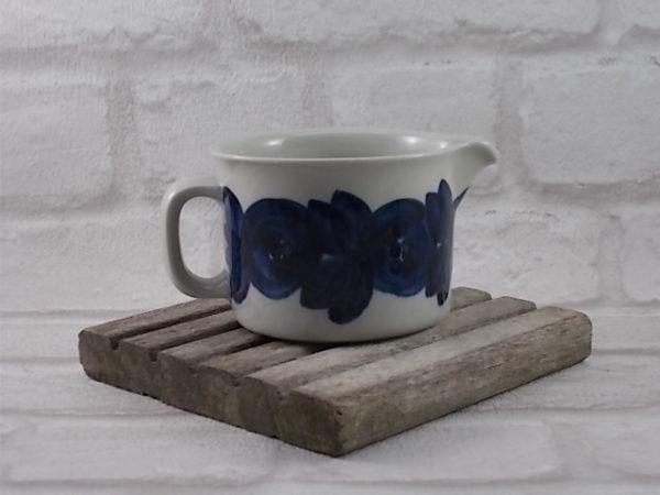 Pot à lait en Grès Cérame Blanc, motif ANÉMONE Bleu peint à la main pour ARABIA