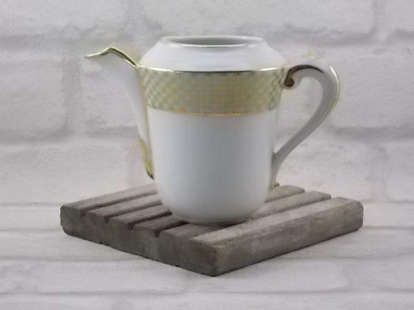 """Pot à lait """"Croix"""" en porcelaine Blanche rehaussé et souligné de dorure. Décors galon Vert pastel, treillis de Croix. De Limoges France."""