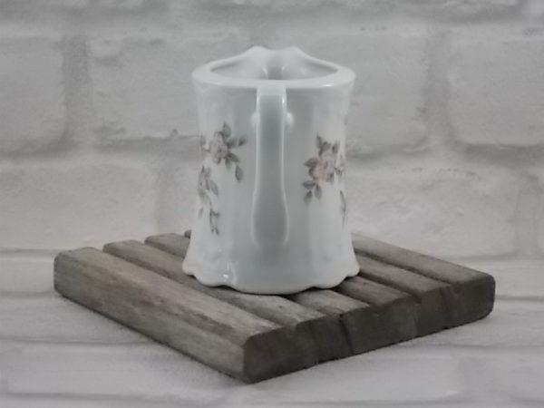 """Pot à lait """"Julia"""", en porcelaine Blanche à motif sculpté en relief. Motif floral Rose et Vert. De Seltmann Weiden, Bavaria."""