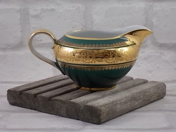 Pot à lait en porcelaine Blanche et Vert mat, galon de fleurs stylisés en dorure double incrustation et rinceau or