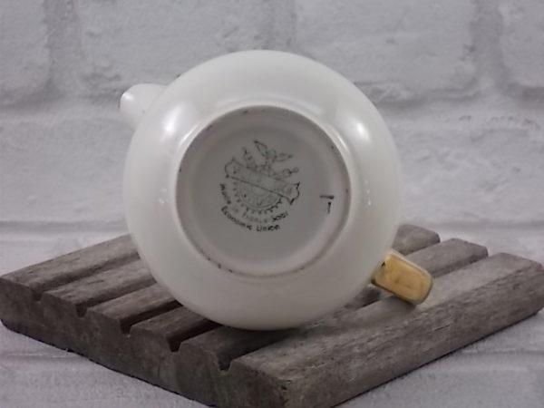 """Pot à lait en faïence Ivoire, décoré d'une bande avec un motif de """"Rose"""" en médaillon, entouré de guirlandes de fleurs stylisée en dorures"""