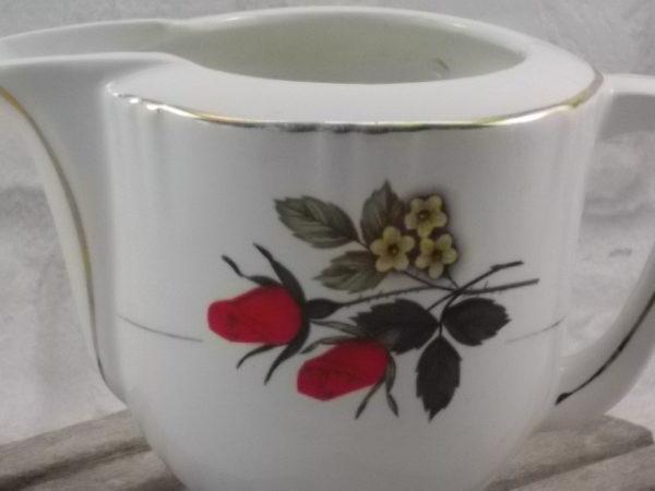 """Pot à lait """"Bergame"""" en faïence Blanche. Motif floral sérigraphié polychrome, finition liseré en dorure. De Moulin des Loups. Orchies."""