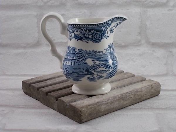 Pot à lait en faïence Blanche, motif gravé à la main, modèle Tonquin Bleu, de Myott, made in Staffordshire