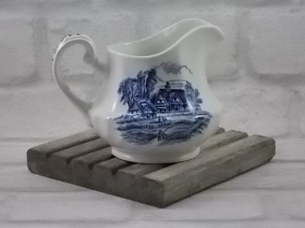 """Pot à lait en faïence Blanche peint à la main. Décors """"Meadowsweet"""" motif paysager Bleu. De Ridgway, Staffordshire England"""