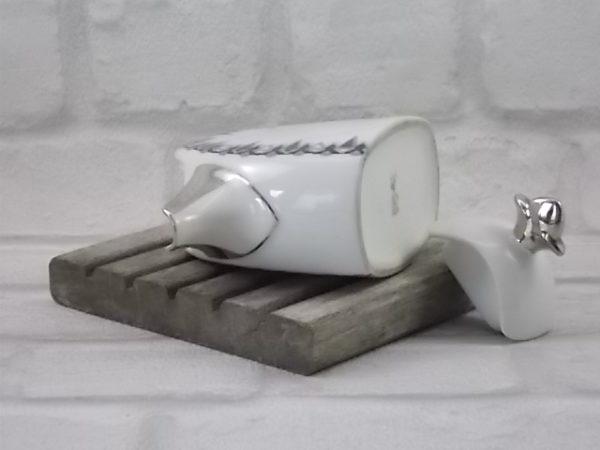 """Pot à lait """"Fleur de Lys"""" en porcelaine Blanche, souligné d'Argent fin. Décors polychrome géométrique de T.L.B France Unique Limoges"""
