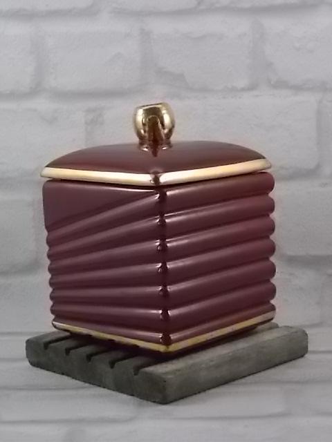 Pot à tabac, en céramique Rouge et dorure. Modèle 4213 du décorateur B. Letalle. De la manufacture de Saint Clément